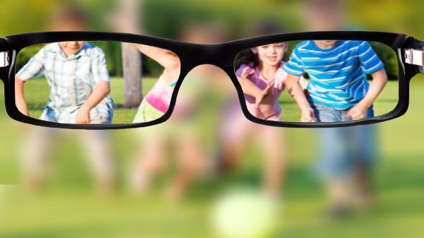 Oto jak mocno ograniczone jest pole widzenia osoby w okularach.